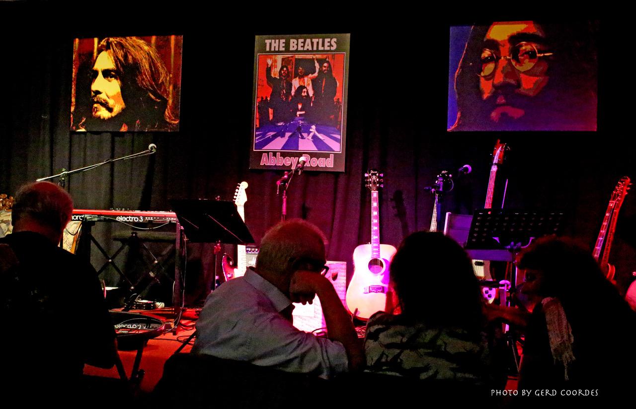 Die Bühne für das Konzert ist bereitet (Foto: Gerd Coordes)